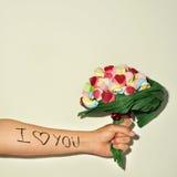 Jeune homme offrant un bouquet de sucrerie Image libre de droits