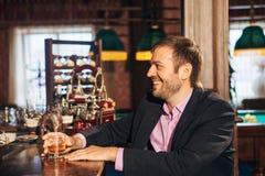 Jeune homme parlant à un barman dans la barre Photos libres de droits