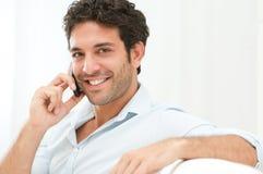 Jeune homme parlant au téléphone portable image stock