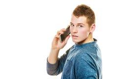 Jeune homme parlant au téléphone portable mobile Photographie stock