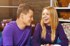 Jeune homme parlant avec une femme Photographie stock libre de droits