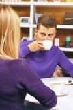 Jeune homme parlant avec une femme Photos libres de droits