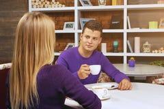 Jeune homme parlant avec une femme Images libres de droits