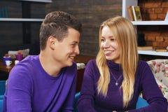 Jeune homme parlant avec une femme Photo libre de droits