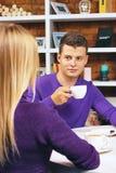 Jeune homme parlant avec une femme Image stock
