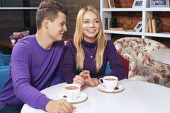 Jeune homme parlant avec une femme Photos stock