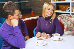 Jeune homme parlant avec une femme Images stock
