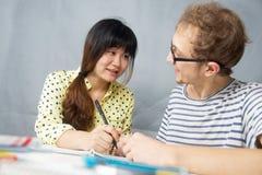 Jeune homme parlant avec une fille chinoise Photo stock