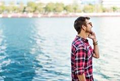 Jeune homme parlant dehors le concept de Smartphone photos stock