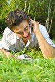 Jeune homme parlant du téléphone en stationnement Image libre de droits