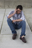 Jeune homme parlant sur le téléphone portable Images stock