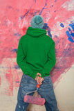 Jeune homme peignant un mur Photographie stock libre de droits