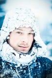 Jeune homme pendant une expédition dans le nord Photos stock