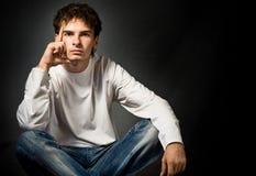 Jeune homme pensant à quelque chose Photographie stock libre de droits