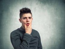 Jeune homme perplexe Image stock