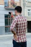 Jeune homme photographiant une construction images libres de droits
