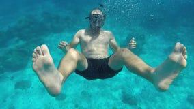 Jeune homme plongeant et faisant Aloha Hand Sign à l'appareil-photo Mouvement lent de Gopro HD Île de Similan, Andaman, Thaïlande banque de vidéos