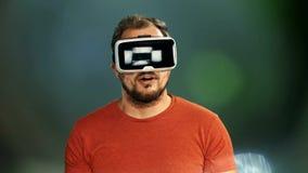 Jeune homme portant des lunettes de réalité virtuelle de VR banque de vidéos