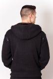 Jeune homme portant la robe noire de retour Photos stock