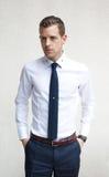 Jeune homme portant une chemise blanche et une cravatte bleue photo stock