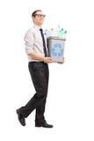 Jeune homme portant une poubelle de réutilisation Photos libres de droits