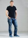 Jeune homme posant dans le studio Photo stock
