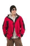 Jeune homme posant le manteau rouge de port d'hiver image stock