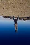 Jeune homme poussant upside-down le monde Photo stock