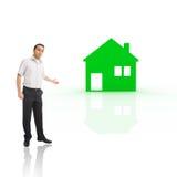 Jeune homme présent la maison verte Photos libres de droits