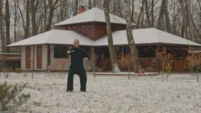 Jeune homme pratiquant le chi de tai en hiver clips vidéos