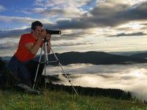 Jeune homme prenant des photos en nature Photo libre de droits