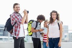 Jeune homme prenant la photo de la femme Photos stock