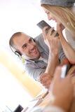 Jeune homme prenant la photo de son amie Photo stock