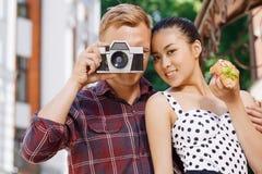 Jeune homme prenant la photo près de son amie Photo stock