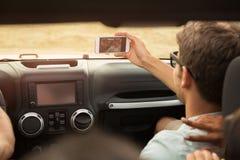 Jeune homme prenant un selfie avec le smartphone Images stock