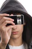 Jeune homme prenant une photo Images libres de droits