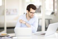 Jeune homme professionnel au bureau images stock