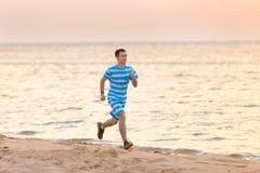Jeune homme pulsant au bord de mer Image stock