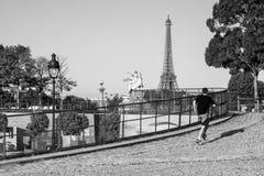 Jeune homme pulsant pendant le matin dans le jardin de Tuileries (noir et Photographie stock