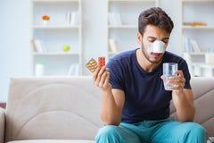 Jeune homme récupérant la guérison à la maison après nez de chirurgie plastique photos stock