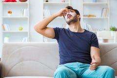 Jeune homme récupérant la guérison à la maison après nez de chirurgie plastique photographie stock