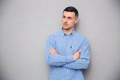 Jeune homme réfléchi avec des bras pliés Photographie stock libre de droits