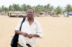 Jeune homme réfléchi avec sa valise d'épaule photographie stock libre de droits