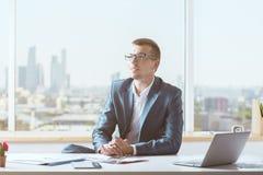 Jeune homme réfléchi dans le bureau image libre de droits