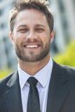 Jeune homme réussi d'affaires de ville avec la barbe photos libres de droits