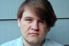 Jeune homme r3fléchissant photographie stock libre de droits