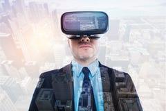 Jeune homme raidi dans le casque de VR recherchant photo stock