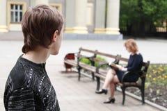 Jeune homme recherchant la jeune femme. Photographie stock