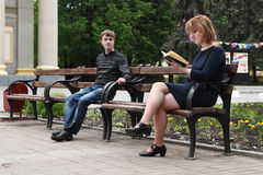 Jeune homme recherchant la jeune femme. Image stock
