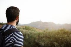 Jeune homme regardant au-dessus des montagnes Photos stock